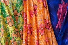 Färgrikt material i arabisk marknad Royaltyfri Foto