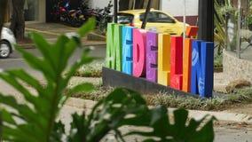 Färgrikt Medellin tecken på gatan med trafik- och gräsplansidor stock video