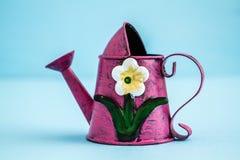 Färgrikt metalliskt bevattna kan med blom- design fotografering för bildbyråer