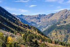 Färgrikt nedgånglandskap i dalen av den Estanyo floden, Andorra royaltyfria foton