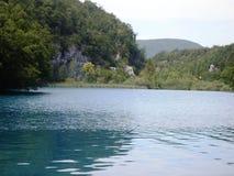 Färgrikt och vibrerande landskap av sjökusten Stillsamt landskap som är användbart som bakgrund Fäll ned sjökanjonen Nationella P arkivbild