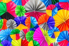 Färgrikt papper för abstrakt regnbåge för bakgrundstextur arkivbilder