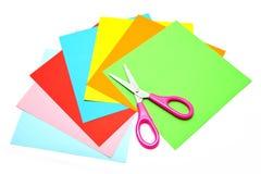 Färgrikt papper med sax för isolerade barn Arkivbild
