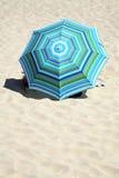 färgrikt paraply för strand Arkivfoto
