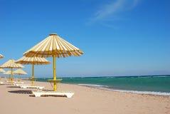 färgrikt paraply för strand Royaltyfri Bild