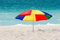 färgrikt paraply för strand Royaltyfria Bilder