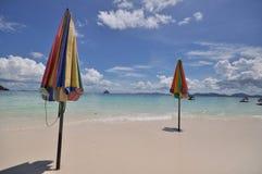 färgrikt paraply för strand Arkivbild