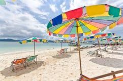 färgrikt paraply för strandstol Royaltyfri Bild