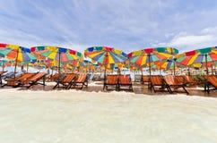 färgrikt paraply för strandstol Royaltyfria Foton
