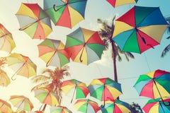 Färgrikt paraply för tappning på sidostranden - festivalparti i sommar, Royaltyfria Bilder