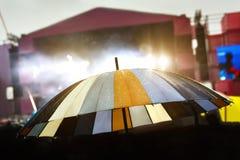 Färgrikt paraply i regnet Utomhus- musikfestival Arkivfoton