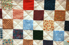 färgrikt patchworktäcke Arkivbild