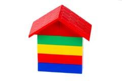 Färgrikt plast- hus för byggnadskvarter på vit 1 Arkivfoto