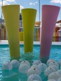 Färgrikt plast- möblemang i ungelekplats Arkivbilder