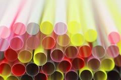 färgrikt plastic sugrör för bakgrundscloseup Royaltyfri Bild