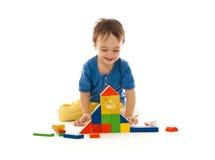färgrikt pojkebyggande gulligt little som leker arkivfoton