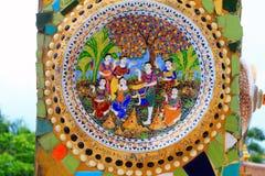 Färgrikt porslin med mänskliga statyetter på pelarna av, templet på Pha Sorn Kaew, Khao Kor, Phetchabun, Thailand royaltyfria bilder