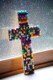 Färgrikt prytt med pärlor kors Arkivbild