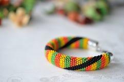 Färgrikt prytt med pärlor virkat armband arkivbilder