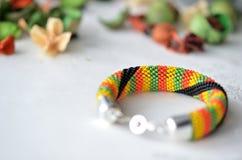 Färgrikt prytt med pärlor virkat armband royaltyfri foto