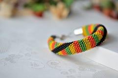 Färgrikt prytt med pärlor virkat armband arkivfoton