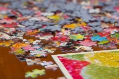 Färgrikt pussel på skrivbordet Arkivfoton