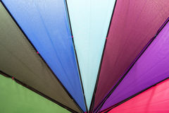 Färgrikt regnbågeparaply Arkivbild