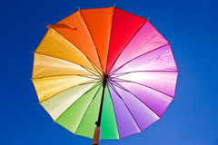 färgrikt regnbågesunblockparaply via Arkivbild