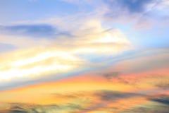 Färgrikt regnbågsskimrande moln, härligt regnbågemoln Arkivbild