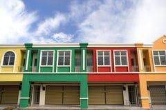 Färgrikt shoppa facades fotografering för bildbyråer
