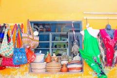 Färgrikt shoppa klädhantverk, Kap Verde, Afrika royaltyfria foton