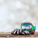 Färgrikt skidar exponeringsglas, handskar och hjälmen Royaltyfria Foton