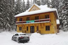 Färgrikt skogvaktarehus i bergen royaltyfria bilder
