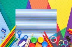 Färgrikt skrivbord med skolatillförsel Top beskådar Arkivbilder