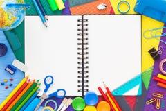 Färgrikt skrivbord med skolatillförsel Top beskådar Royaltyfri Fotografi