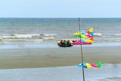 Färgrikt skum Toy Planes Hanging på stranden arkivfoton