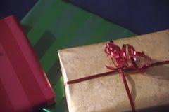 färgrikt slåget in gåvapapper Arkivfoton