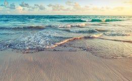 Färgrikt soluppgånglandskap på den Atlantic Ocean kusten royaltyfria bilder