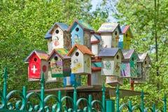 Färgrikt som dekoreras med bilder av fågelhus i parkera Arkivbild