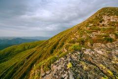 Färgrikt sommarlandskap i de Carpathian bergen Royaltyfri Bild