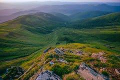 Färgrikt sommarlandskap i de Carpathian bergen marmor polerad stenyttersidatextur Arkivbild