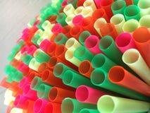 Färgrikt sortiment av plast- som dricker sugrör Royaltyfri Foto