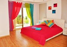 Färgrikt sovrum med havssikt royaltyfria bilder