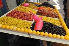 Färgrikt stånd av frukt, grönsaker och jordbruksprodukter Arkivbild