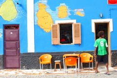 Färgrikt stångkafé för folk, Palmeira, Kap Verde, Afrika royaltyfri fotografi
