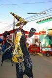 Färgrikt ståta på den Las Charangas de Bejucal festivalen i Bejucal, Kuba på 25 December 2013 Royaltyfria Bilder
