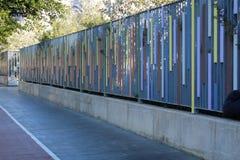 Färgrikt staket i staden royaltyfria foton