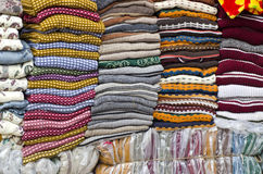 Färgrikt staplat tyg i den stora marknaden, Indien royaltyfria bilder