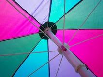 Färgrikt strandparaply Royaltyfri Fotografi