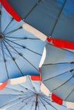 Färgrikt strandparaply arkivfoto